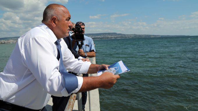 Премиерът Борисов съзерцава Черно море, сн. БГНЕС, архив
