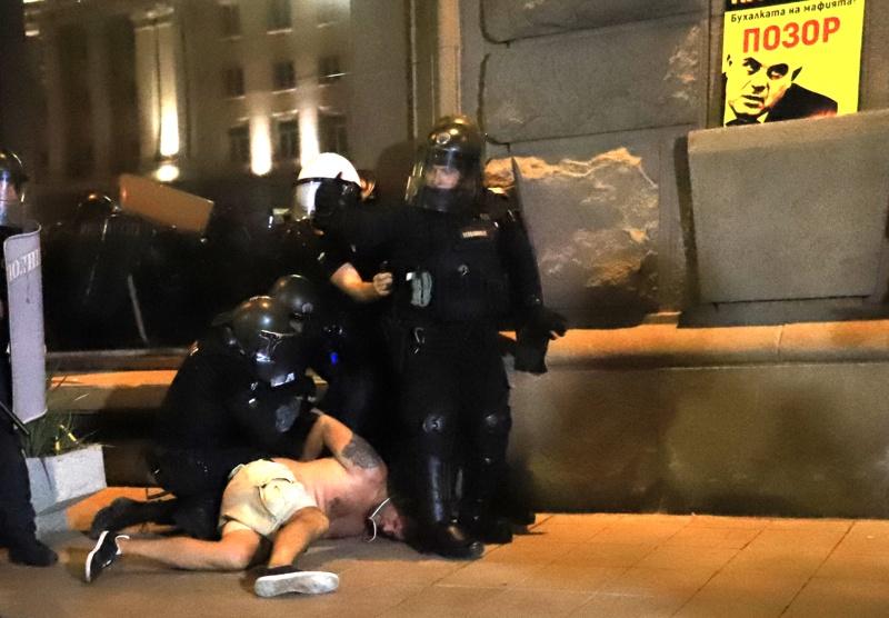 Кадри с брутално полицейско насилие опровергават МВР (видео) - Mediapool.bg