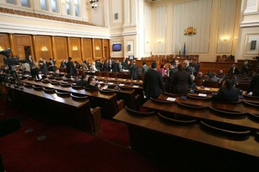 Парламентът спешно подготвя