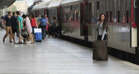 БДЖ с допълнителни комбинирани влакове от София до Варна и Бургас