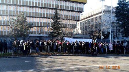 Стотина души, сред които изявени социалисти протестираха пред БНР в защита на Волгин