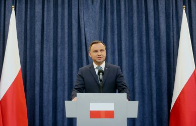 Полският президент подписа един от трите спорни съдебни закона