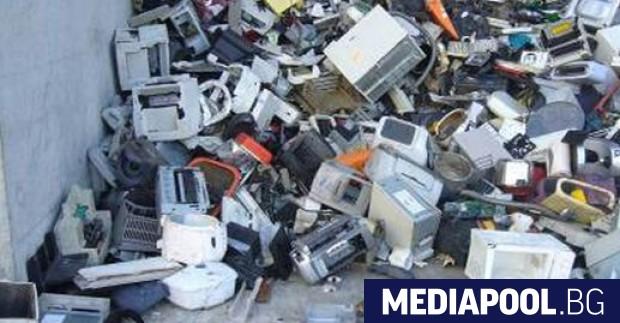 Електронните отпадъци като стари мобилни телефони, лаптопи и хладилници са