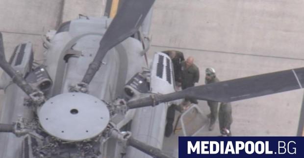 Прозорец на прелитащ над японско училище американски хеликоптер рухна върху