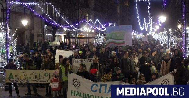 Граждани и екоорганизации протестираха в София срещу разширяването на ски