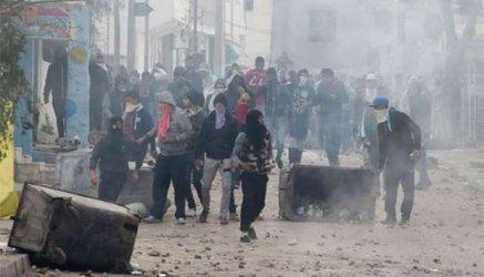 Над 200 задържани и десетки ранени в протестите в Тунис