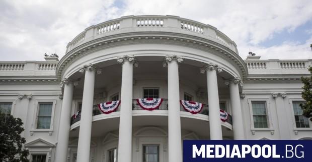Сн. ЕПА/БГНЕС Белият дом на Доналд Тръмп, който вече поставя
