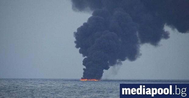 Петролният разлив на повърхността на водата над потъналия в Източнокитайско