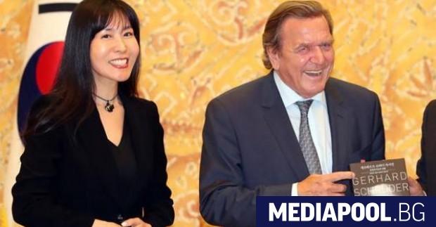 Бившият германски канцлер Герхард Шрьодер, който е на 73 години,