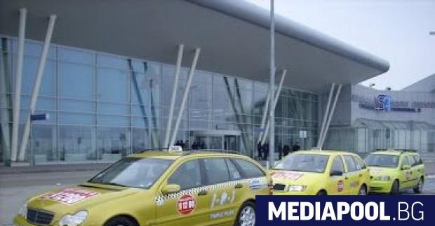Контролните органи извършват масови проверки на таксита около летищата и