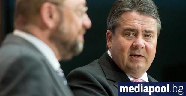 Мартин Шулц и Зигмар Габриел (дясно) Германският външен министър Зигмар