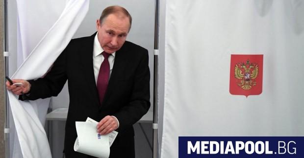 Владимир Путин по време се готви да гласува В Русия