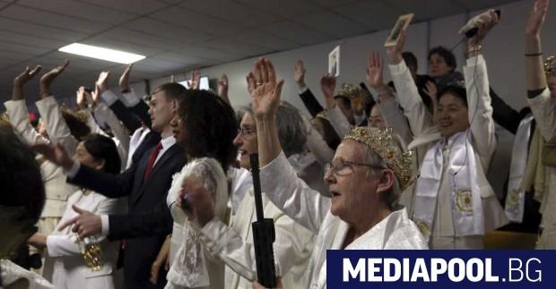 Десетки хора са се събрали за благословия в църква, стиснали