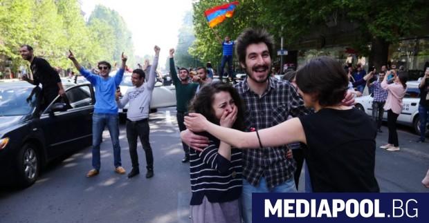 Граждани на Ереван ликуват след обявената оставка на премиера. Министър-председателят