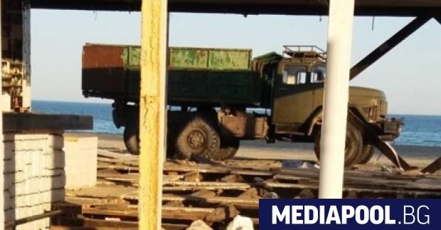 Разчистването на незаконни преместваеми обекти на морски плаж Слънчев бряг-север