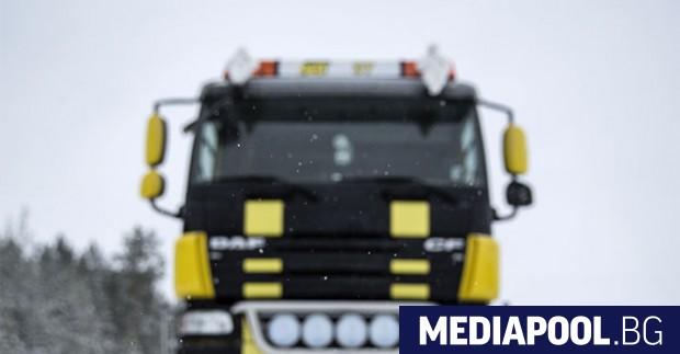 Електрифицирано шосе в Швеция, по което електрически камион, превозвайки товари