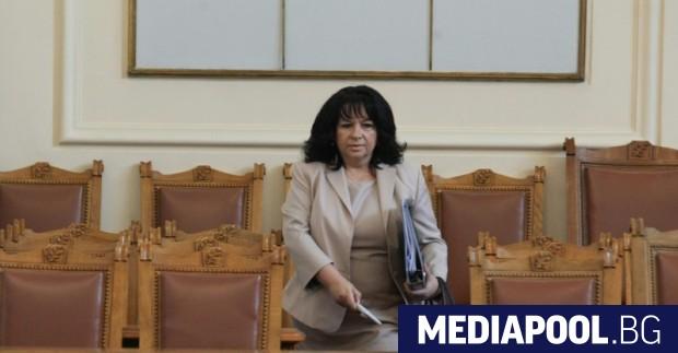 Министърът на енергетиката Теменужка Петкова в пленарната зала на парламента