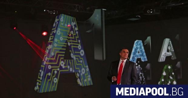 Александър Димитров представя разновидностите от лога на новия бранд Официално