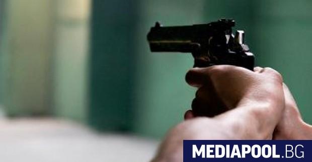 Двама мъже са задържани за отправени закани с пистолет срещу