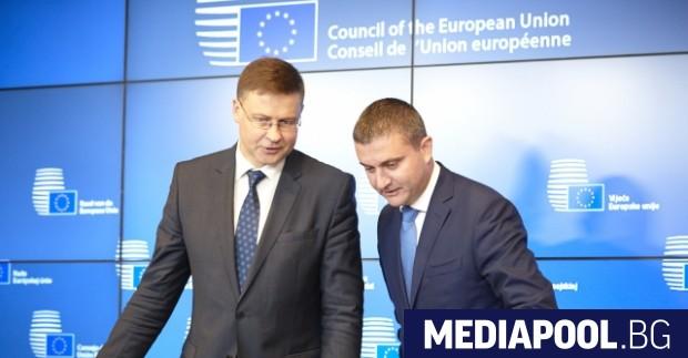 Зам.-председателят на ЕК Валдис Домбровскис (вляво) и министър Владислав Горанов