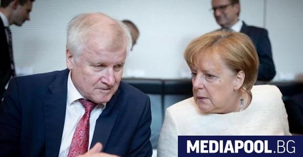 Хорст Зеехофер и Ангела Меркел Християнсоциалният съюз (ХСС) побърза да