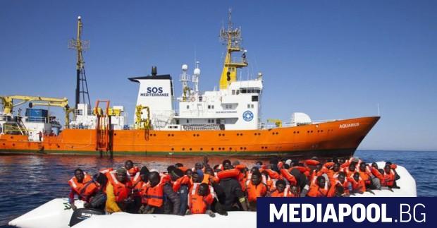 Испанското правителство обяви в понеделник, че ще приеме кораба с