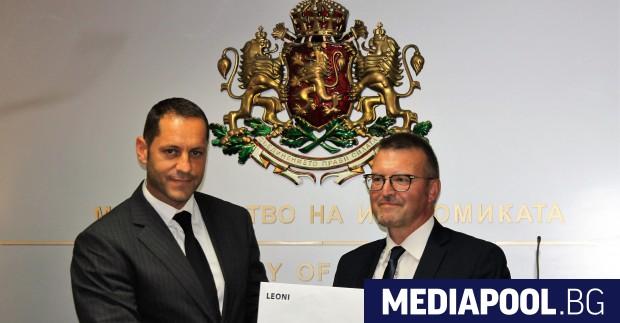 Ралф Зингман (вдясно) връчва на зам.-министър Манолев решението за инвестиция