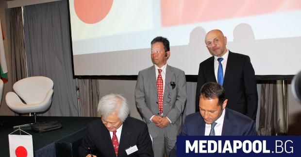 Александър Манолев и Масато Ватанабе подписаха споразумението, сн. МИ Споразумение