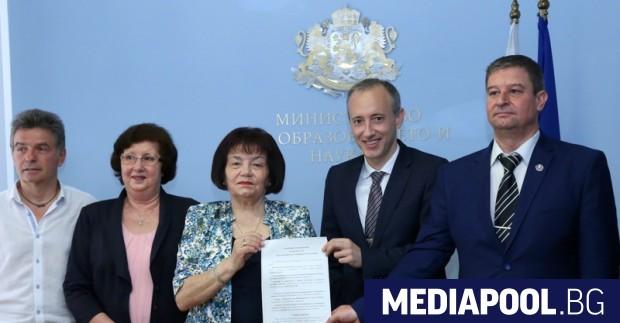 Новият колективен трудов договор в образованието беше подписан от министъра