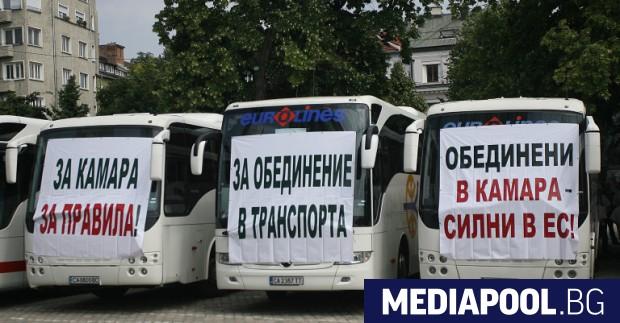 Автобуси протестираха край храм-паметника