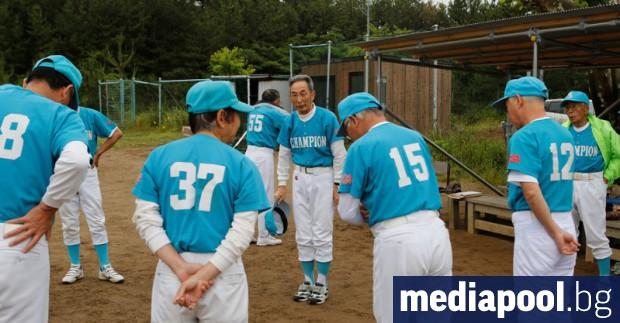 Група мъже на възраст към 70-80 години се бяха събрали