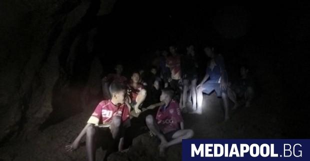 Спасителните екипи се надпреварват с времето, за да извадят блокирания