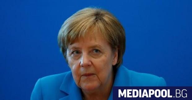 Снимка: Контузена, но още на крака: Меркел оцеля след разразилия се спор за миграцията