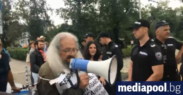 Десетки съмишленици на известния правозащитник и политзатворник по времето на