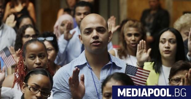 Нови граждани на САЩ по време на церемония по натурализация
