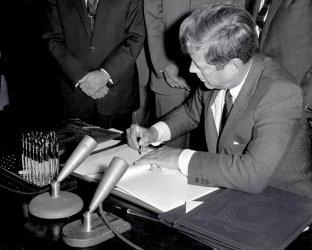 Вещи на Джон Кенеди бяха продадени на търг в Масачузетс