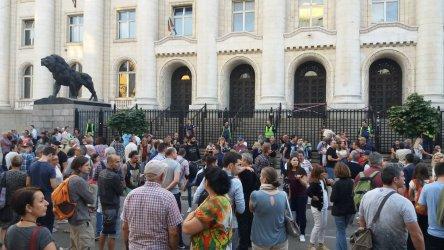 Граждани излязоха в София да подкрепят арестуваните разследващи журналисти