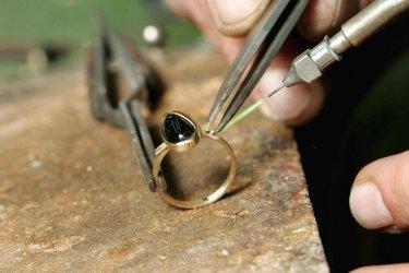 Икономическото министерство поема контрола над дейностите със злато и скъпоценни камъни