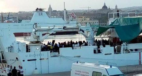 """Непълнолетните от кораба """"Дичоти"""" получиха разрешение да слязат на италианския бряг"""