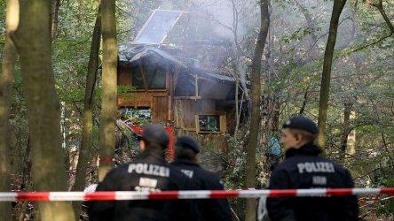 Разпръскването на протестиращи в германска гора беше спряно след смъртта на журналист