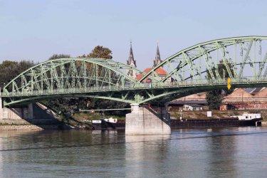 Между Унгария и Словакия: Разделен от войната град, гради единството си