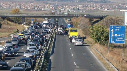 Протестиращи срещу скъпите горива блокираха пътища в цялата страна