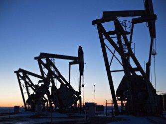 Барел петрол под 60 долара за пръв път от година