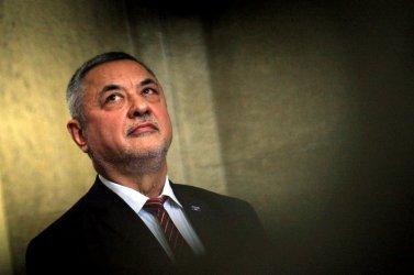 """Валери Симеонов подадe оставка, за да не тежи \""""като воденичен камък на правителството\"""""""
