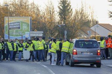 Жертва и десетки ранени на протести срещу високите цени на горивата във Франция