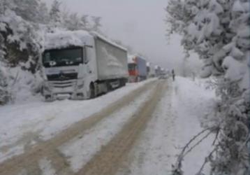 Снегът и виелиците затвориха пътища и оставиха хиляди без ток