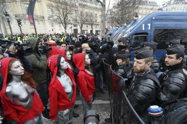 """""""Мариани"""" с открита гръд на протестите в Париж"""