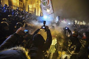 Пртести в Будапеща разпръснати със сълзотворен газ, 35 арестувани