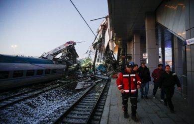 Тежка влакова катастрофа в Анкара със загинали и ранени
