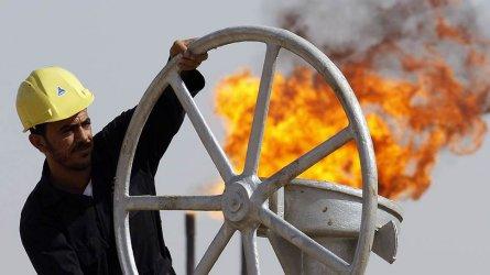 Петролът поевтиня с над 30% от октомври насам